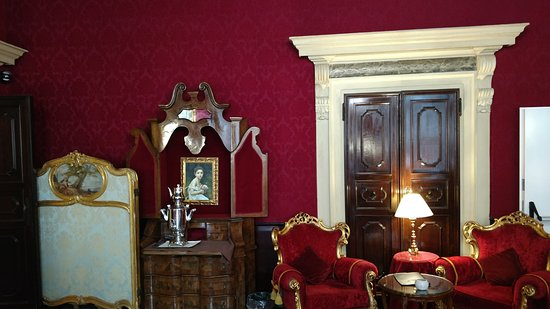 Palazzo Paruta: Sitting area for coffee and drinks. The coffee urn can be seen.