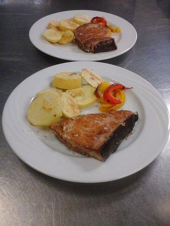 Hotel Restaurant Sporting: Trancio di salmone con patate al forno e verdure.