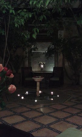 Riad Samsara: nightime candles around fountain in courtyard