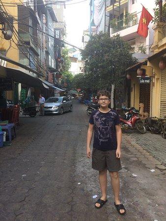 Hanoi Street Hotel: Улица рядом с отелем