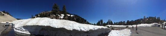 Mineral, CA: Meterhohe Schneewände beim Lassen Peak Parkplatz