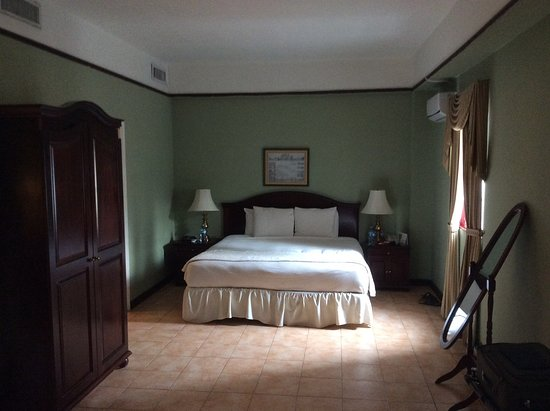 Hotel DeVille: Bed area