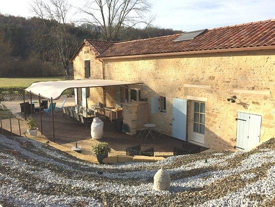 Plazac, France: Cour et terrasse