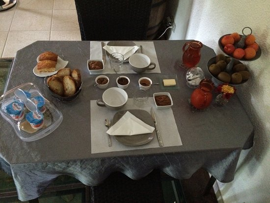 Plazac, France: Table du petit déjeuner