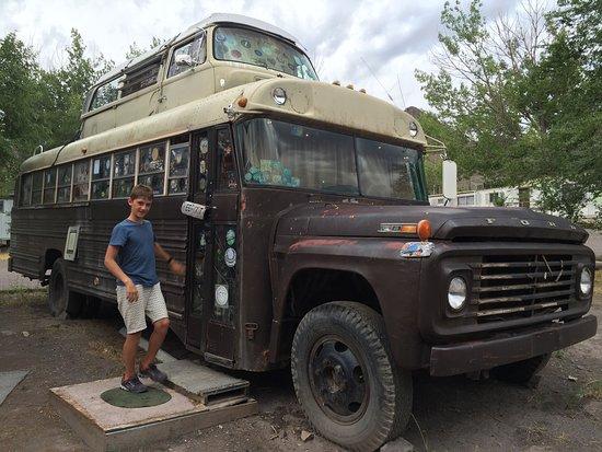 Monroe, UT: Wer kommt auf die Idee, einen VW Bus auf einen Schulbus aufzuschweissen ???