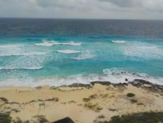 El Caracol: The light blue of the shallows as the waves hit the shore