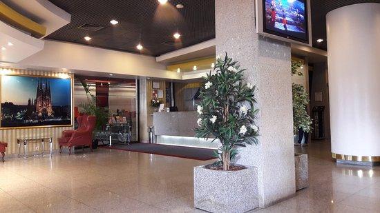 3k Barcelona Hotel: Großzügiges Foyer mit Sitz- und Wartemöglichkeiten
