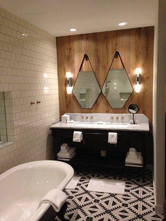 Large Bathroom in Double Corner King Room