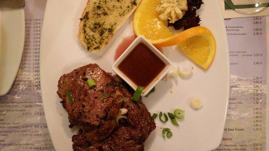 Lachendorf, ألمانيا: Rib-Eye Steak mit Knoblauchbrot, dazu Pommes Frites
