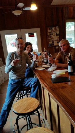 Templeton, CA: Bruce invited us to bring in our lunch while wine tasting.