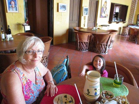 San Juan Cosalá, México: Botaneando y viendo como preparan nuestra salsa en el molcajete