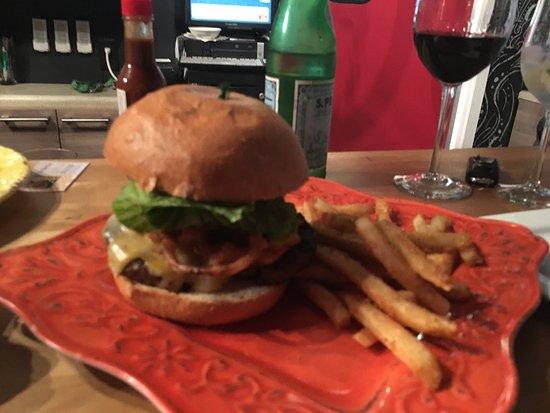 The Nomad Cafe : The Classic Burger  Delicious