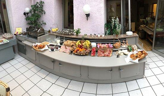 Souillac, France: buffet petit dejeuner