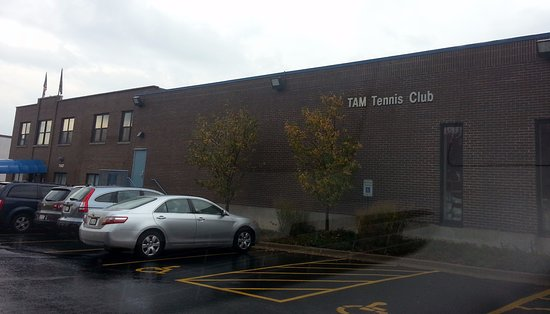 Niles, IL: front & parking area of Tam Tennis & Fitness Complex