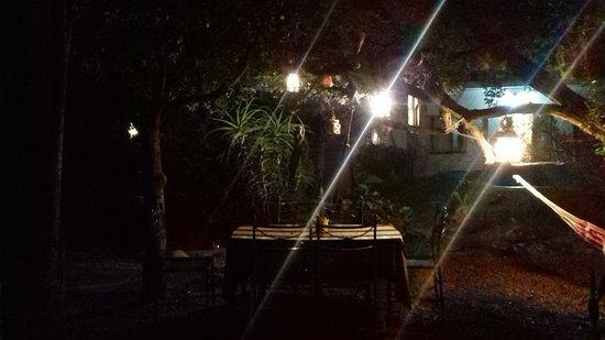 Hostel Lao: Jardim do hostel pela noite
