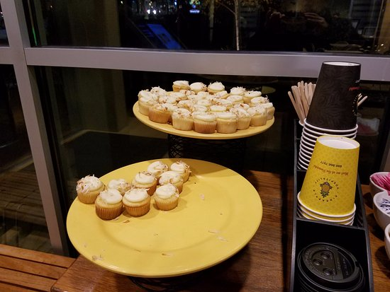 ‪ووتر تاون هوتل - ابيس أوف بين آبل هوسبيتاليتي: Delicious pineapple minicupcakes and coffee in lobby (also pineapple water, not pictured‬