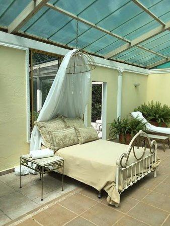 La Mirage Garden Hotel & Spa: Poolside Bed