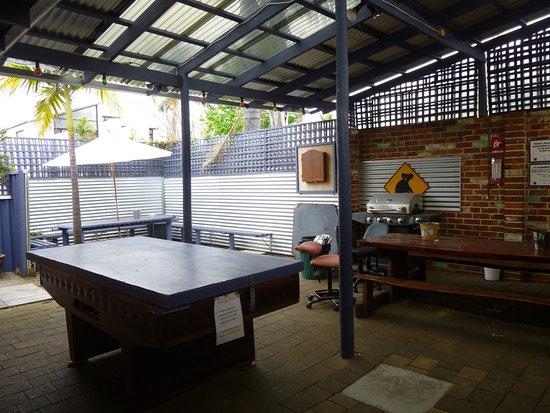 Coolibah Lodge Backpackers: Courtyard Free Pool Table
