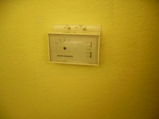 Microtel Inn & Suites by Wyndham Ft. Worth North/At Fossil Creek: note the thermometer needle is completely missing.