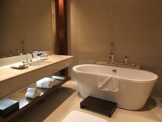 de zeer ruime badkamer met los bad - Picture of JW Marriott Marquis ...