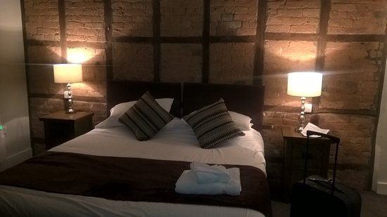 Talbot Hotel: Bed with exposed bricks