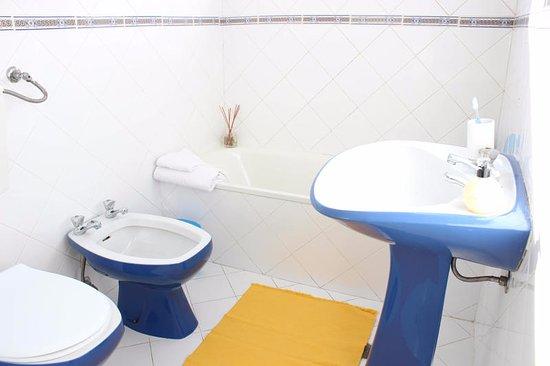 Rich & Poor Hostel: Private bath with bathtub