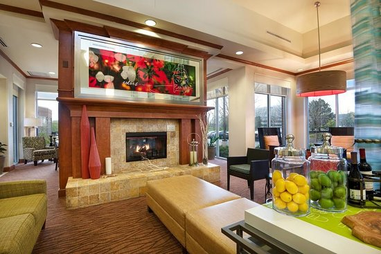 Hilton Garden Inn Schaumburg: Cozy fireplace in lobby
