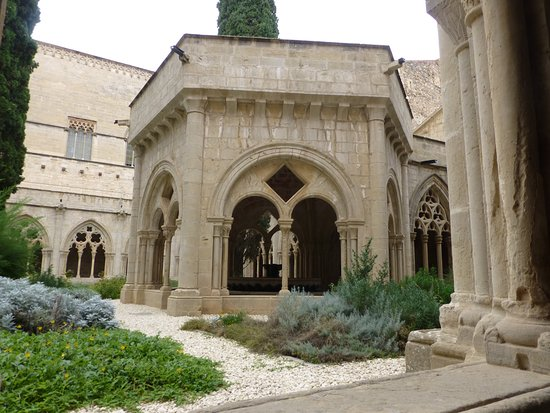 Vallbona De Les Monges, Spagna: Grounds inside the walls of Poblet