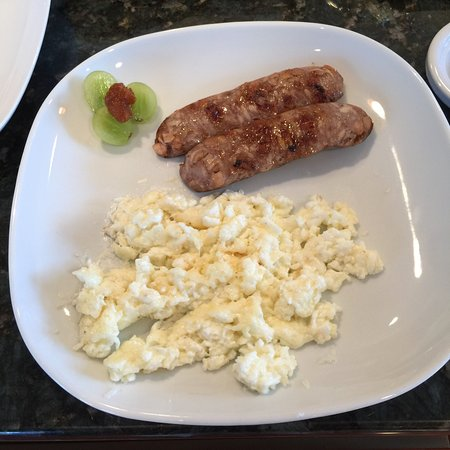 green ROCKS inn: Old Amsterdam Cheese and egg white scramble with Chicken Sausage