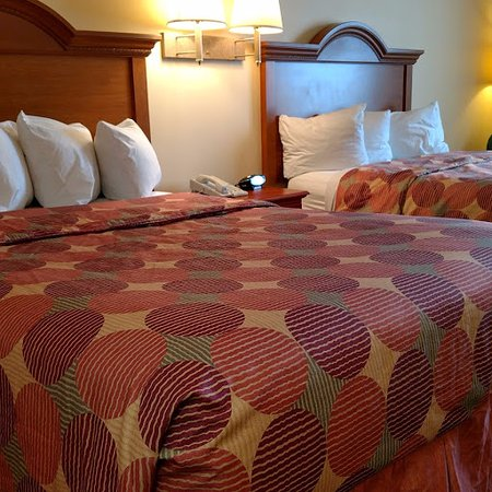 Napoleon Inn & Suites: two double beds