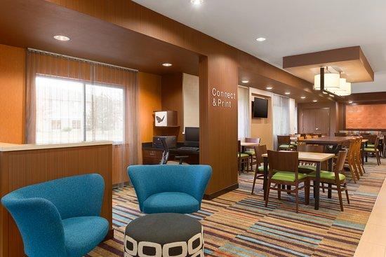 Fairfield Inn & Suites Mankato: Lobby Sitting Area