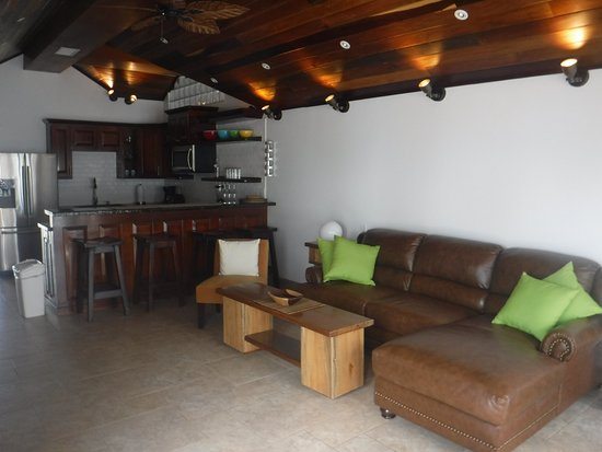 Tres Cocos Resort: Large living space in the Pentouse