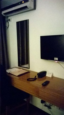 Guijo Suites Makati: Another TV inside the bedroom