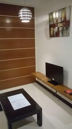 Guijo Suites Makati: TV outside the bedroom