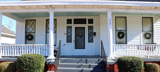 Dexter Parsonage Museum - Dr. Martin Luther King home Residence front door & Residence front door - Picture of Dexter Parsonage Museum - Dr ...