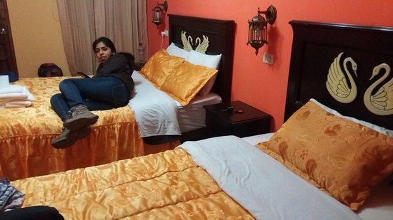 Rumi Wasi Hostal: Mi hija en la habitación. Tuvimos tres camas muy cómodas y limpias.