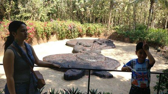 Loutolim, India: Bigfoot Cross Museum