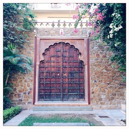 Ishwari Niwas Palace: Beautiful door in the central garden