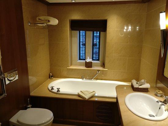 Malmesbury, UK: well appointed bathroom