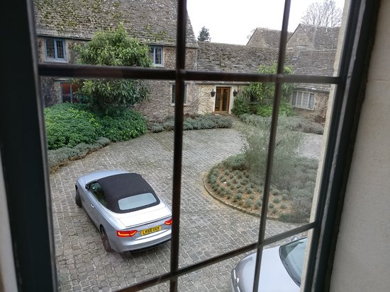 Malmesbury, UK: The circular driveway where you arrive before your car is valet-parked