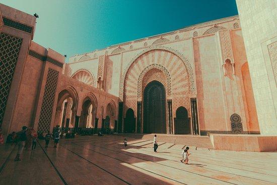 카사블랑카, 모로코: 모스크 광장..?이라고해야하나.. 앉아서 쉬기 좋은곳이였어요