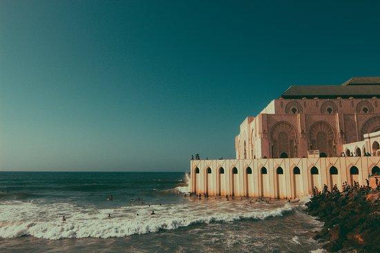카사블랑카, 모로코: 옆쪽으로빠져 바다쪽에서 보면 물위에 떠있는 모스크 같더군요..