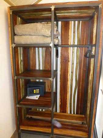Der Schrank mit Safe und extra Decken für kalte Nächte Bild von