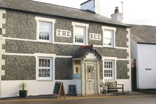 Eglwysbach, UK: The Bee Inn, exterior
