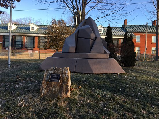 "Gananoque, Canadá: Confederation Park - ""The Mountain"" scupture"