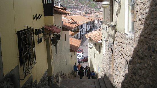 Mamma Cusco Hostel: Calle Alabado con direccion a la Plaza de Armas