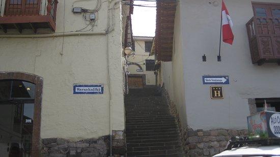 Mamma Cusco Hostel: Calle Alabado y Colegio El Carmelo al final de la calle.