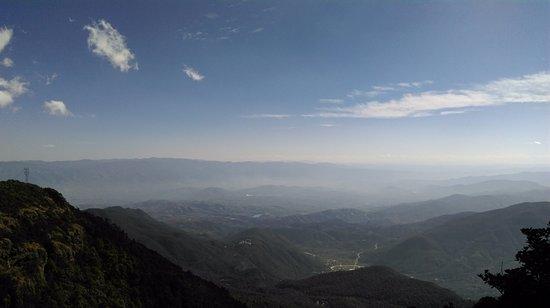 Binchuan County, Chine : 從雞足山上金頂寺可向遠眺望雲貴高原的美景