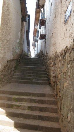 Mamma Cusco Hostel: Calle Alabado por la calle Chihuampata.