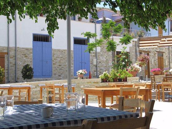 Stratos ArtDeco House: Kalavasos square